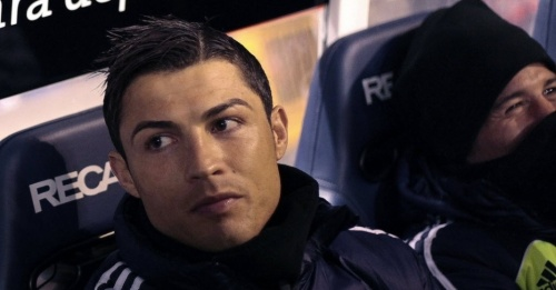 23fev2013---poupado-por-mourinho-cristiano-ronaldo-ve-a-partida-do-real-madrid-contra-o-la-coruna-do-banco-1361650009427_956x500